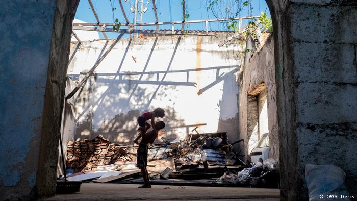 Two people in a derelict house in Rio (DW/S. Derks)
