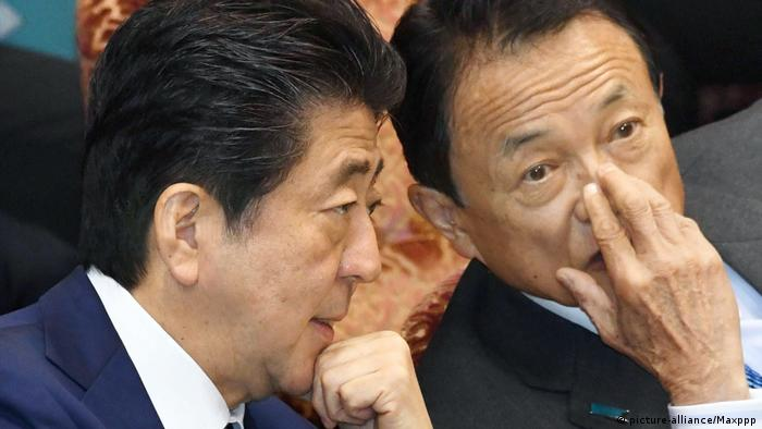 Japan Premierminister Abe, Finanzminister Aso (picture-alliance/Maxppp)