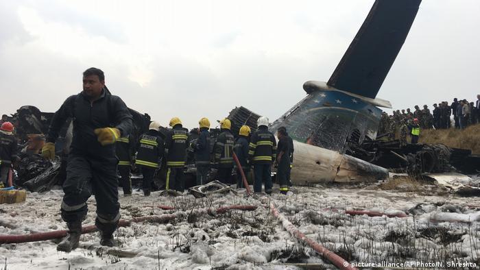 Cuarenta y nueve personas murieron y 22 resultaron heridas al estrellarse hoy una avión de la línea bangladeshí US-Bangla con 67 pasajeros y 4 miembros de la tripulación a bordo, durante una maniobra de aterrizaje en el aeropuerto de Katmandú. (12.03.2018).
