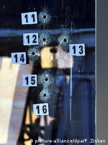 Пулевые отверстия в окне кафе