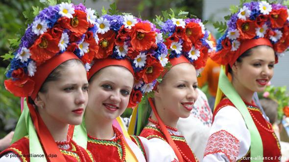 Девушки в русских национальных костюмах