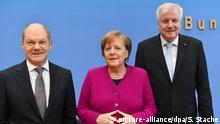 12.03.2018, Berlin: Bundeskanzlerin Angela Merkel (CDU), der CSU-Vorsitzende Horst Seehofer (r) und der kommissarische SPD-Vorsitzende Olaf Scholz geben in der Bundespressekonferenz vor der Unterzeichnung des Koalitionsvertrages eine Pressekonferenz. Foto: Soeren Stache/dpa +++(c) dpa - Bildfunk+++ | Verwendung weltweit