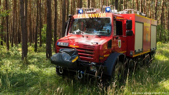 Пожарная машина в лесу около бранденбургского города Люббен