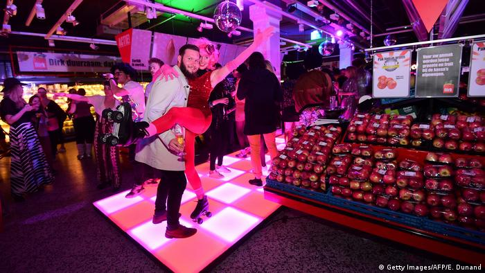 Ein Paar tanzt bei einer Party in einem Supermarkt in Amsterdam (Foto: Getty Images/AFP/E. Dunand)