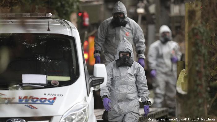 Полиция в защитных костюмах и противогазах изучает место обнаружения Сергея Скрипаля и его дочери
