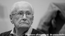 ARCHIV - 23.04.2015, Niedersachsen, Lüneburg: Der Angeklagte Oskar Gröning sitzt im Gerichtssaal. Der wegen Beihilfe zum Mord in 300 000 Fällen verurteilte frühere SS-Mann Gröning hat ein Gnadengesuch beim niedersächsischen Justizministerium eingereicht. Foto: Julian Stratenschulte/dpa +++(c) dpa - Bildfunk+++ | Verwendung weltweit