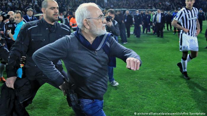 Griechenland Präsident Ivan Savvidis stürmt auf den Platz: Spielabbruch bei PAOK Saloniki