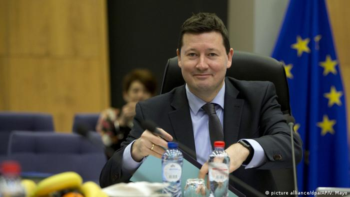 Martin Selmayr in Brussels with an EU flag behind him (picture alliance/dpa/AP/V. Mayo)