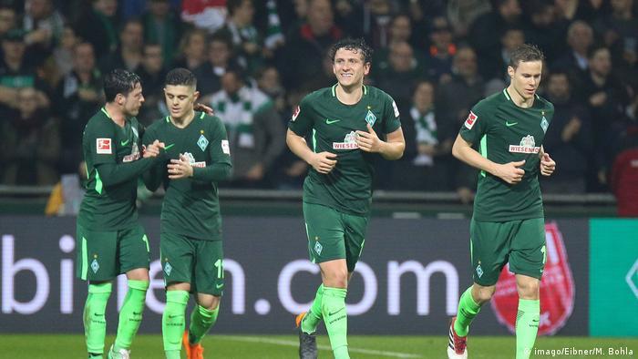 Jubelnde Bremer Spieler nach dem Tor zum 1 0 durch 3 v l Milos Veljkovic SV Werder Bremen 13 Fus (imago/Eibner/M. Bohla)
