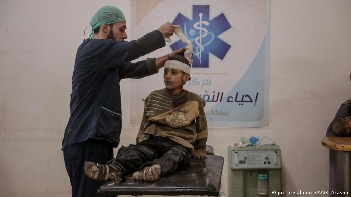 A health worker treats a wounded civilian (picture-alliance/AA/K. Akasha)