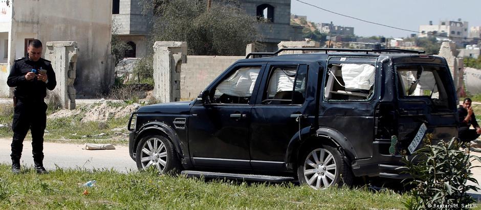 Um dos três veículos danificados no ataque ao comboio do primeiro-ministro Rami Hamdallah
