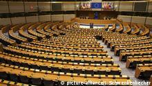 Der leere Plenarsaal des Europäischen Parlaments in Brüssel. Hier finden alle 751 Mitglieder des Europäischen Parlaments Platz. Während der Plenartagungen finden hier die größten und wichtigsten Debatten des Parlaments statt. (08.07.2016) | Verwendung weltweit