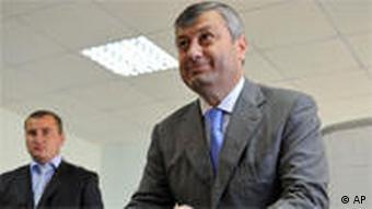 Südossetischer Präsident Eduard Kokojty bei der Stimmabgabe (Foto: AP)