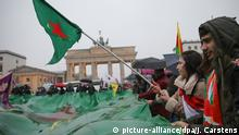 Deutschland Kurden demonstrieren vor dem Brandenburger Tor (picture-alliance/dpa/J. Carstens)