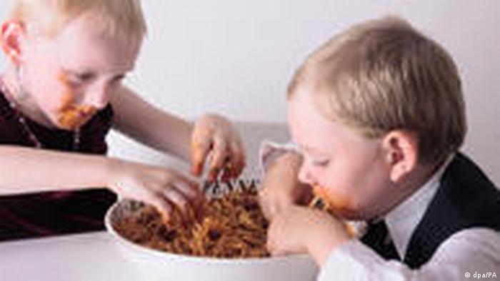 Kinder schmutzig beim Spaghetti essen (dpa/PA)