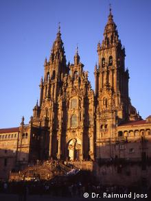 The outside of the cathedral in Santiago de Compostela as it is hit by light on its Baroque facade (Dr. Raimund Joos)