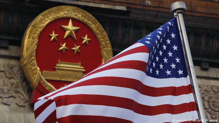 Американский флаг на фоне китайского герба