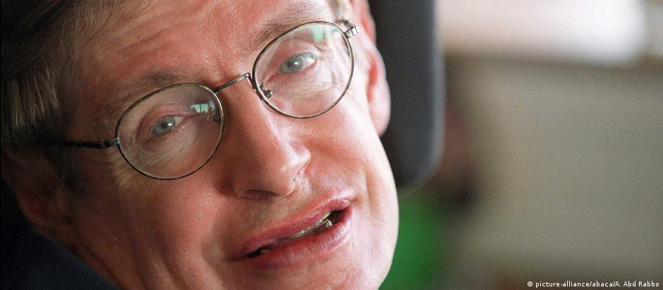 Stephen Hawking em foto de 2001