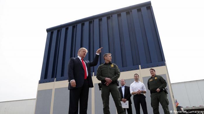 Bildergalerie Trump besichtigt Mauer-Prototypen