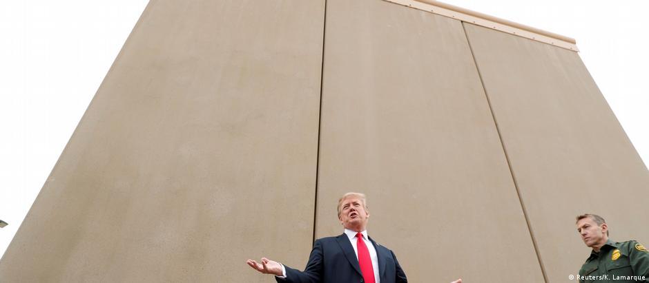 Donald Trump analisou protótipos do muro em meados de março