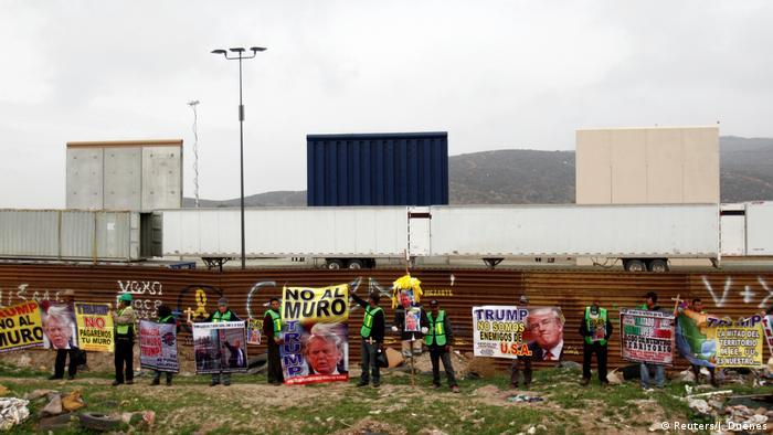 Mauer-Prototypen und Demonstranten an Grenze USA/Mexiko