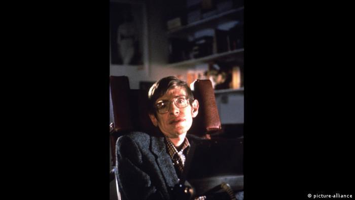 Imagem de Stephen Hawking no documentário biográfico Uma Breve História do Tempo (1991)
