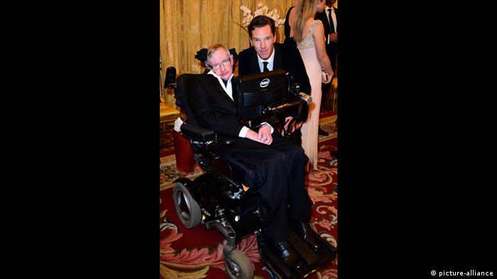 Stephen Hawking and Benedict Cumberbatch (picture-alliance)