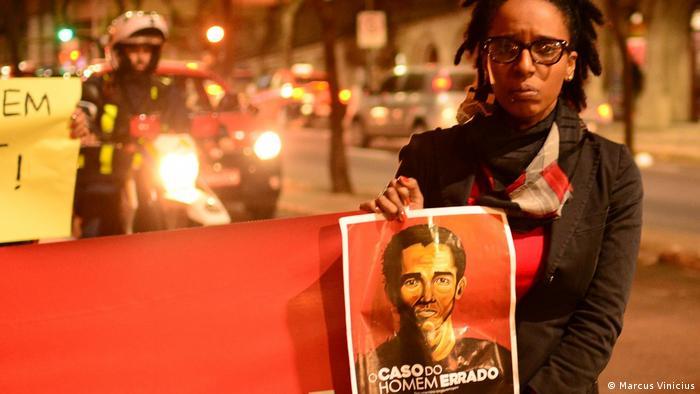 Camila Moraes segura cartaz de seu filme em manifestação contra violência policial contra negros, em Porto Alegre