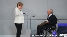14.03.2018, Berlin: Bundeskanzlerin Angela Merkel (CDU) legt ihren Amtseid ab vor Bundestagspräsident Wolfgang Schäuble (CDU) im Reichstagsgebäude. Foto: Kay Nietfeld/dpa | Verwendung weltweit