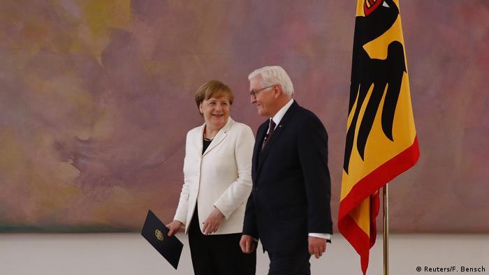 Angela Merkel şi Frank-Walter Steinmeier la ceremonia de la Palatul Bellevue