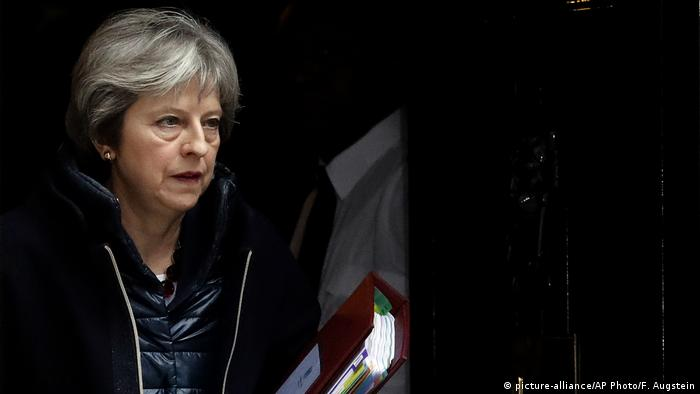Großbritannien Theresa May, Premierministerin in Downing Street 10 (picture-alliance/AP Photo/F. Augstein)