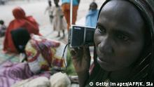Kamerunische Grenze - Chadian Flüchtling hört Radio