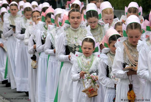 Девушки в национальной одежде лужицких сербов во время праздника Тела Господня в Германии