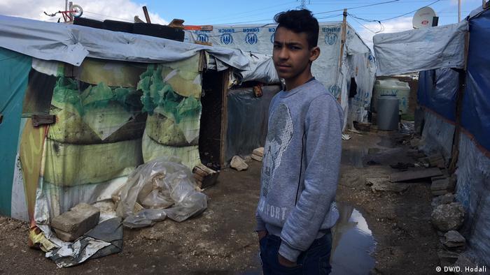 Khaled al-Ahmad é um dos poucos jovens do acampamento que podem frequentar uma escola libanesa