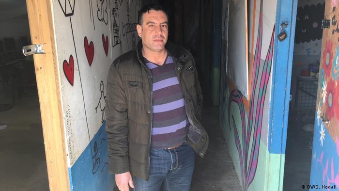 Desde 2016 Muafak Melhem ensina na escola improvisada no acampamento de refugiados. Na Síria ele era professor