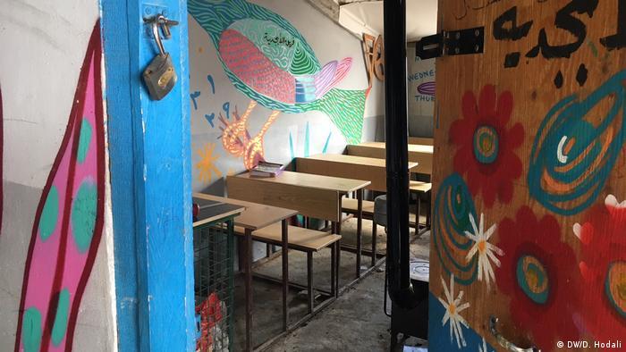 Paredes da escola do acampamento foram pintadas para proporcionar atmosfera mais alegre às crianças