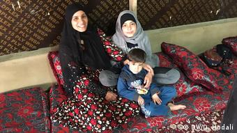 Амина Ахмад со своими детьми