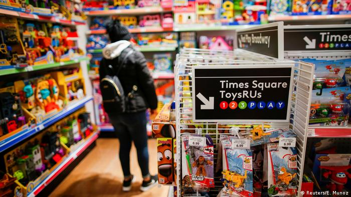 Toys R Us shopper in US (Reuters/E. Munoz)