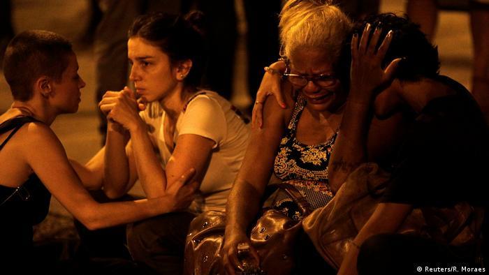 Pessoas lamentam a morte de Marielle Franco nos arresdores do local do assassinato