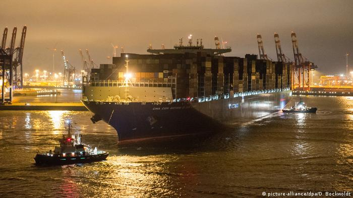 Containerschiff «Antoine de Saint Exupery» in Hamburg (picture-alliance/dpa/D. Bockwoldt)