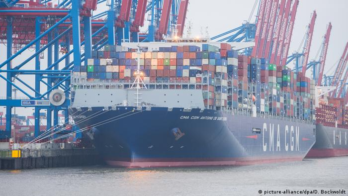 Containerschiff Antoine de Saint Exupery in Hamburg (picture-alliance/dpa/D. Bockwoldt)