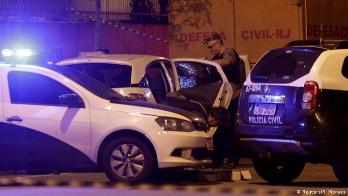 Policiais recolhem evidências após assassinato de Marielle e Anderson