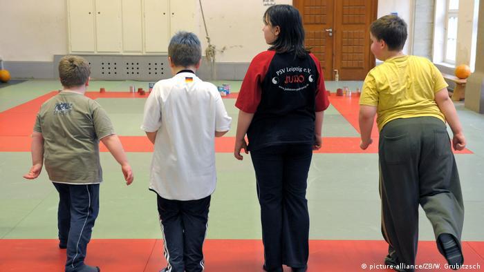 Sport und Ernährungsschulung mit Konzept Klaks für dicke Kinder (picture-alliance/ZB/W. Grubitzsch)