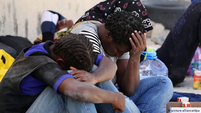 Migrantes resgatados na costa líbia em 2015