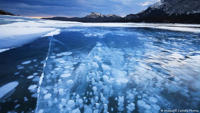 DW eco@africa - frozen methane bubbles (Imago/All Canada Photos)