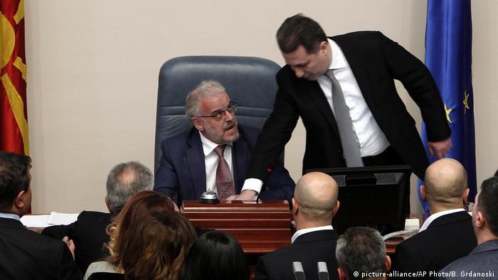 Zaev u Sobranju prilazi predsjedniku parlamenta Džaferiju
