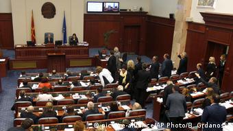 Mazedonien Parlament Protest (picture-alliance/AP Photo/B. Grdanoski)