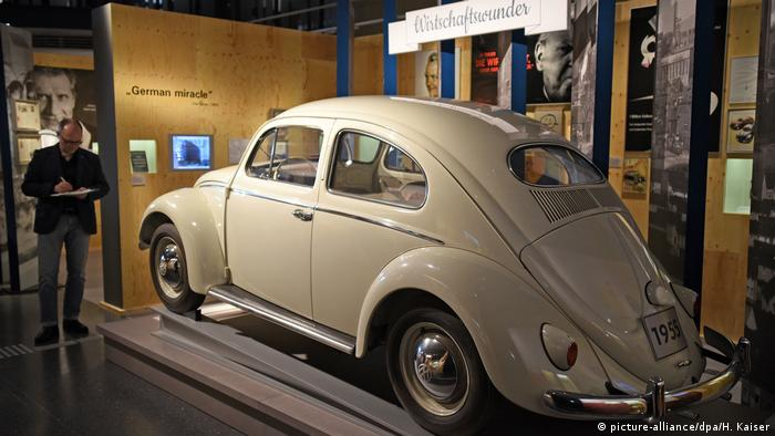 A cream colored VW on display at the Bonn museum (picture-alliance/dpa/H. Kaiser)