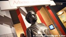 A bust under a banner in a museum (picture-alliance/dpa/H. Kaiser)
