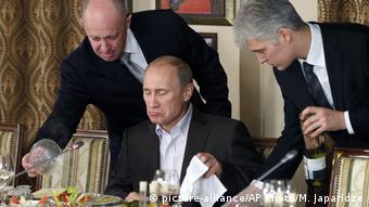 Евгений Пригожин (слева) и Владимир Путин (в центре)